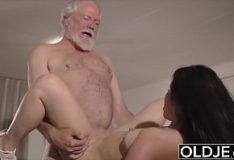 Pornô incesto neta safada dando pro vovô velho