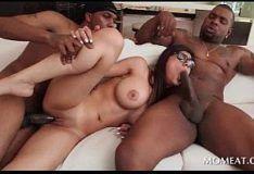 Xnxx sexo a três com morena peituda gostosa