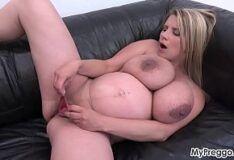 Grávida peituda se masturbando pelada no sofá